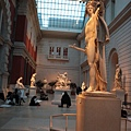 畫畫的人看起來也像是美術館的一部分