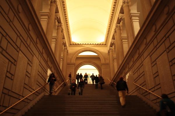 從1樓大廳的樓梯中間往上拍