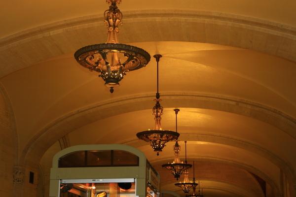 紐約中央車站裡面的吊燈都很美