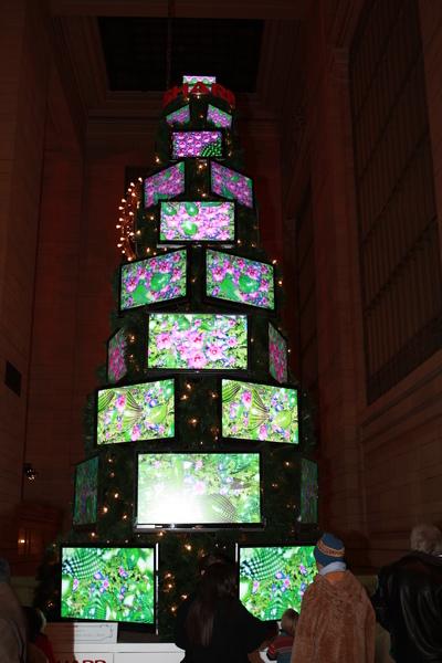 紐約中央車站裡的聖誕樹,用TV疊起來的