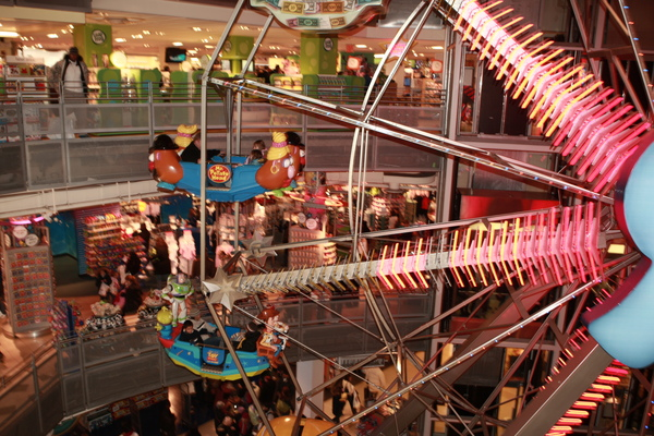 玩具反斗城內超可愛的摩天輪,約3層樓高