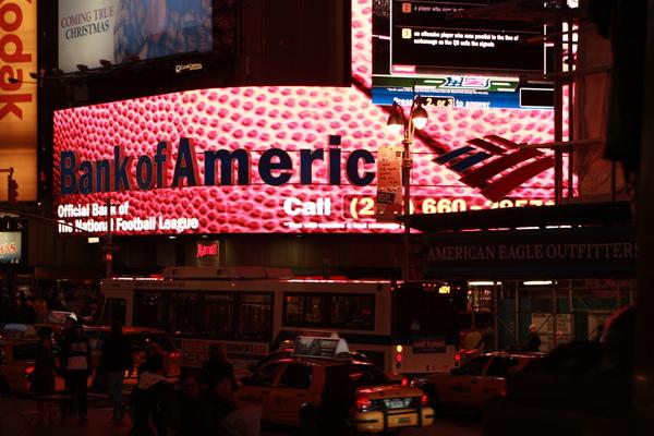 紐約時代廣場旁的美國銀行,招牌好華麗呀~果然位在時代廣場就是不一樣,一定要這麼閃亮!