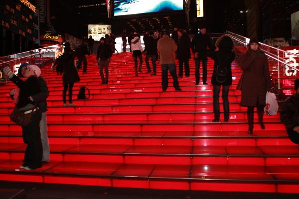 這片紅色的階梯,位在時代廣場中央,非常醒目