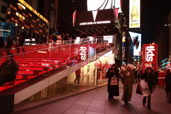 TKTS購票亭上面是一片紅色的階梯