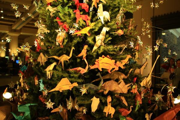 樹上的裝飾都是用紙摺成的動物們