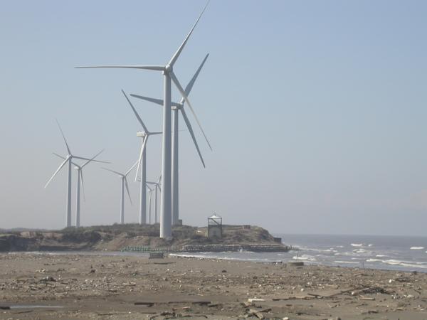 風車矗立。蕭瑟寂寥的海灘