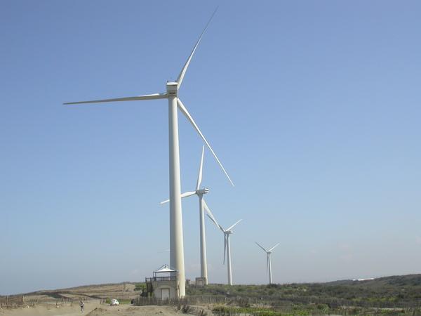 巨大的風車下,我是左下角的小點點人