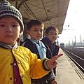 三個小鬼跟火車合照.