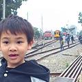近距離看有在行駛的火車鐵軌