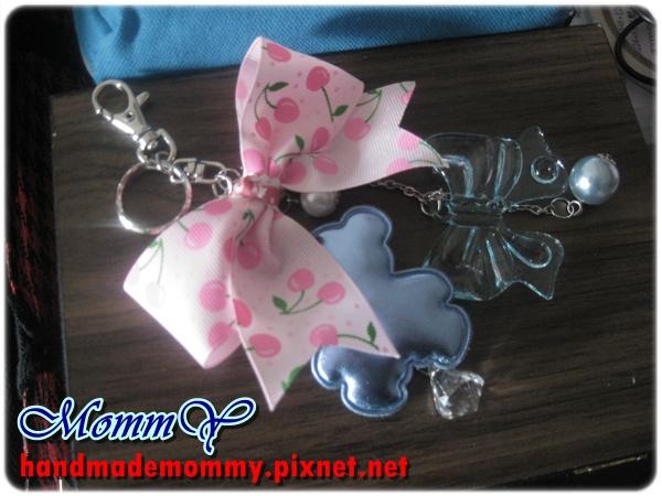 緞帶-掛飾-鑰匙圈-粉紅櫻桃蝴蝶結+藍色系小熊.珠珠=手作MommY.JPG