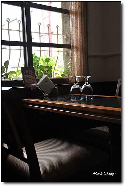 咖啡館窗邊椅子