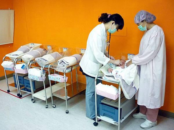 嬰兒室-兒科醫師診察.jpg