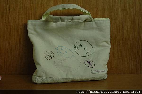 彤彤畫畫作品繡在上學包包上