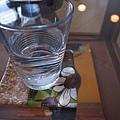 光線靜靜的映在水杯中