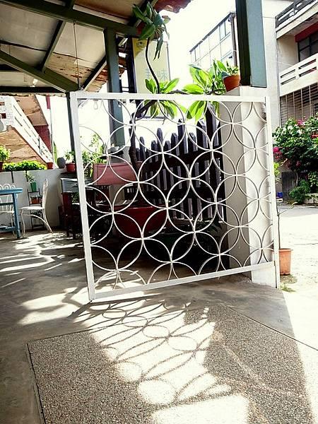 這門兒是拆下窗子的鐵窗改成呢!