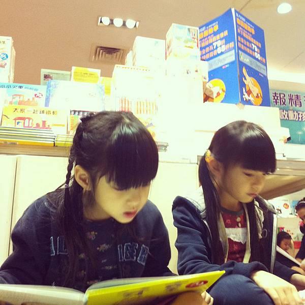 隨地坐看書