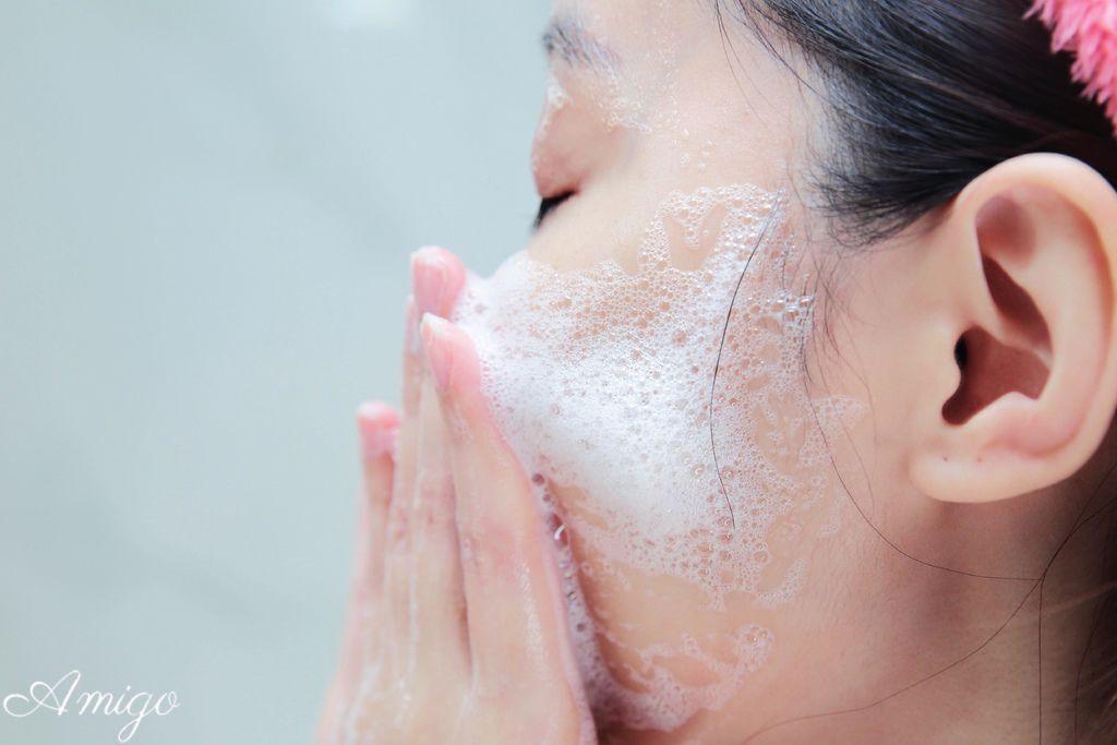 白雪 裸沐癒沐浴露,怦然系淨顏洗面乳