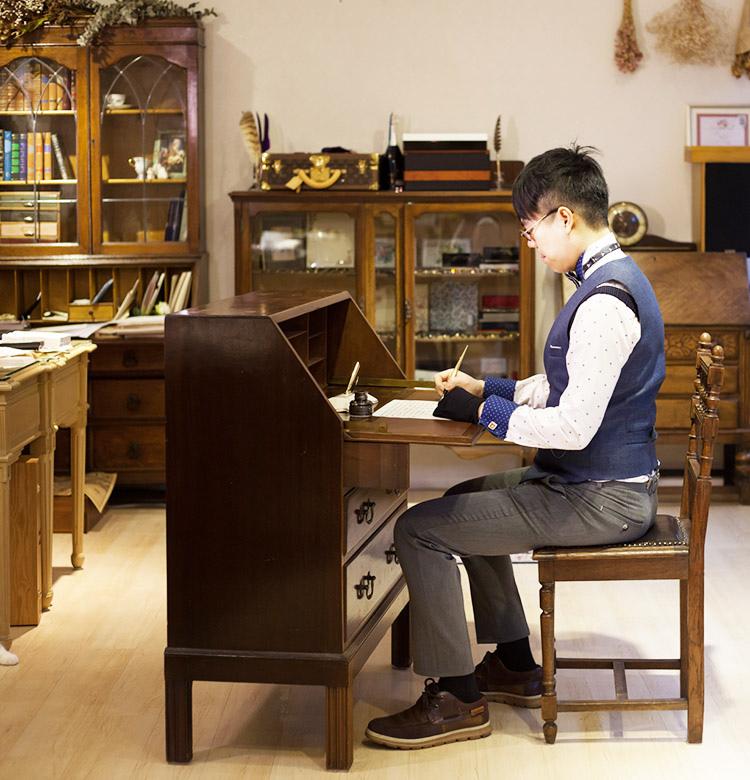 矯正書寫正確坐姿_韓玉青老師鋼筆正確握筆姿勢_寫書法字的美姿美儀