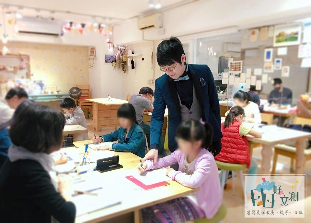 韓玉青老師矯正字醜學正確握筆姿勢圖