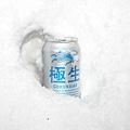 雪地中的啤酒
