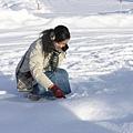 在雪地寫字的小女孩
