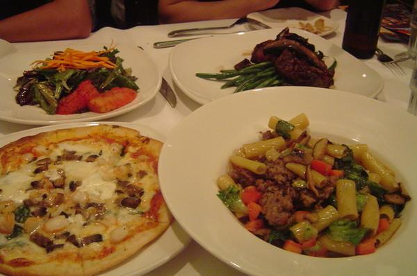 有pizza,義大利麵,肋眼牛排,沙拉