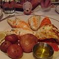 我們的豪華晚餐--有焗烤龍蝦,蟹腳