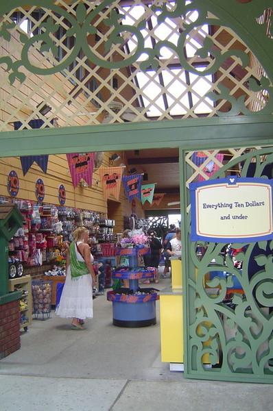 Downtown Disney裡有10元店!!