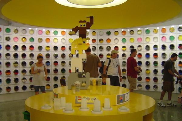 牆壁上有各種顏色各種樣式的樂高磚塊