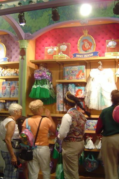 爸媽正在幫小孩購買公主裝