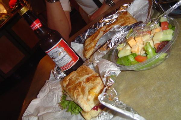"""晚餐是熱的3明治!!好吃;道地美式和夏威夷燻雞\\\\\\\"""""""