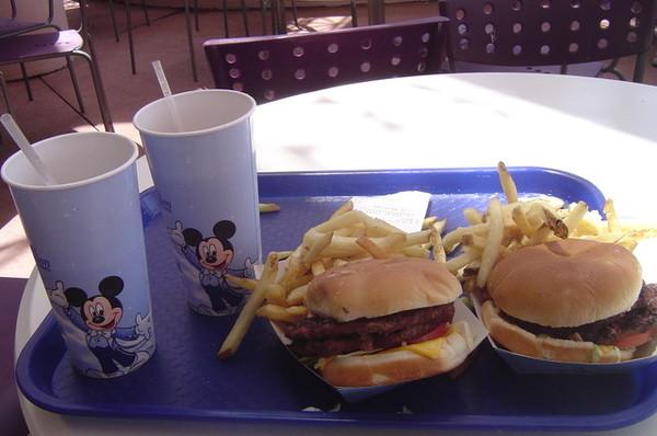 中午又是吃漢堡啦!!