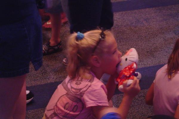迪士尼裡帶著KITTY的女孩