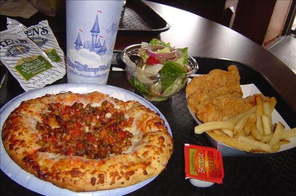 今天午餐是沙拉+PIZZA