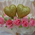 喜糖籃前方的玫瑰花及愛心點綴