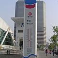 車站每個出入口都有指引立柱