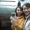 電梯裡還是要自拍!!