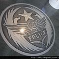 一進門地上就看到浮雕的警徽