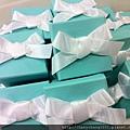 [婚禮小物]--送客禮用TIFFANY盒裝金莎,上面的蝴蝶結自己綁的,500個