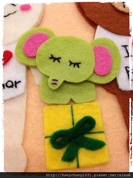 [不織布手作物]--綠色小象下方還有禮物盒耶