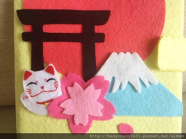 有很多代表日本特色的招財貓、鳥居和富士山
