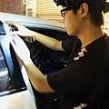 汽車男孩-開始貼車門1.jpg
