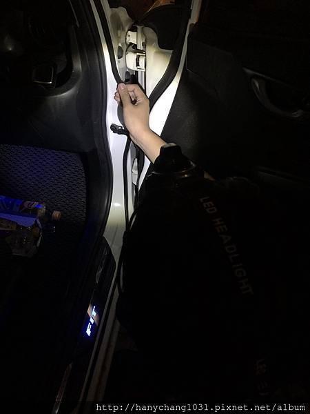 汽車男孩-開始貼車門2.jpg