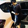 汽車男孩-先擦拭車門.jpg