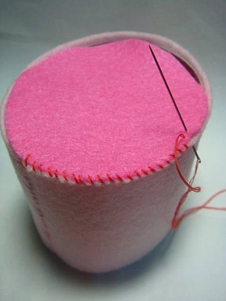 將粉紅圓柱和桃紅圓縫合