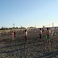 西子灣海水浴場有人在玩沙灘排球
