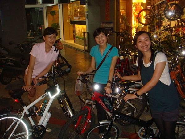 阿馨、郭小玉和我在捷安特愛河店等黃小菈