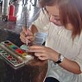 漢妮正在認真彩繪