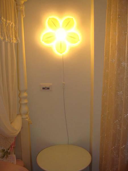 牆壁上有小花燈