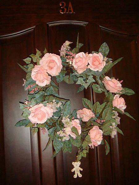 每個房門都有玫瑰花圈